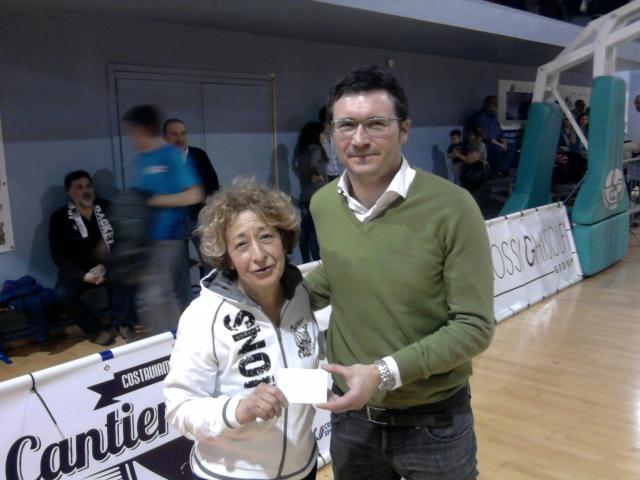 Consegna ricavato sciarpe - Derthona Basket, Associazione Cucchi