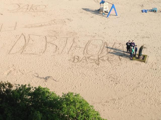 scritta in spiaggia - Derthona Basket