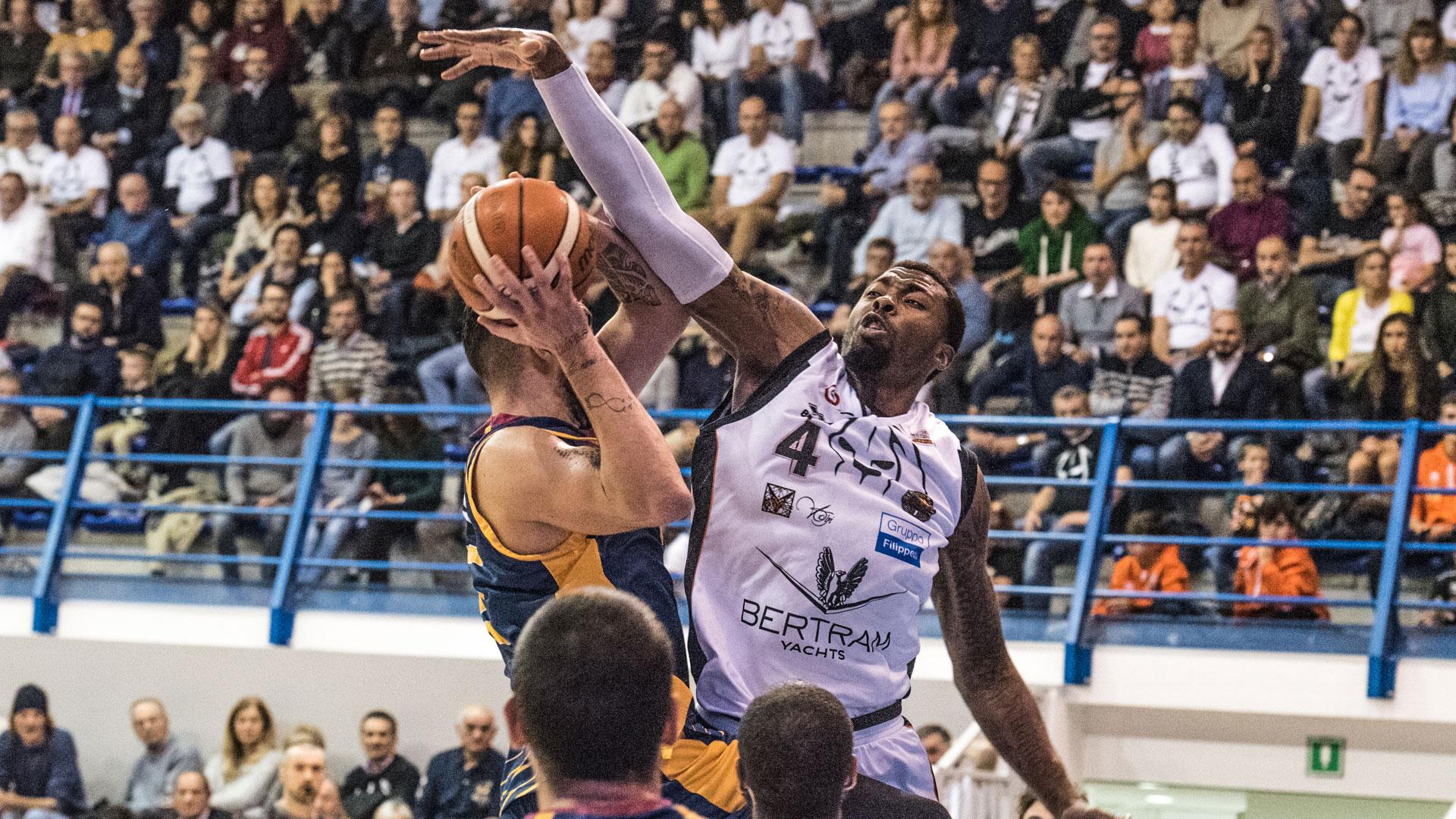 Tuoyo difende   Derthona Basket - Virtus Roma
